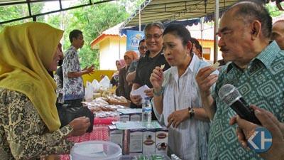 Titik Soeharto dan Haryono Suyono mengunjungi stand Posdaya. Foto : Atmaja
