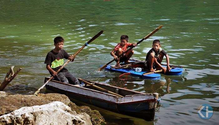 Anak nelayan Pantai Sadeng berlatih melaut. Foto: Rado.