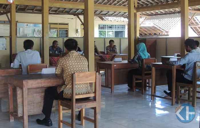 Peserta sedang mengikuti ujian. Foto : Kandar