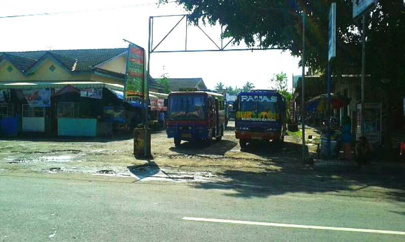 Angkutan perdesaan trayek Wonosari - Baron ngetem di kawasan eks terminal lama Wonosari. Foto: Atmaja.