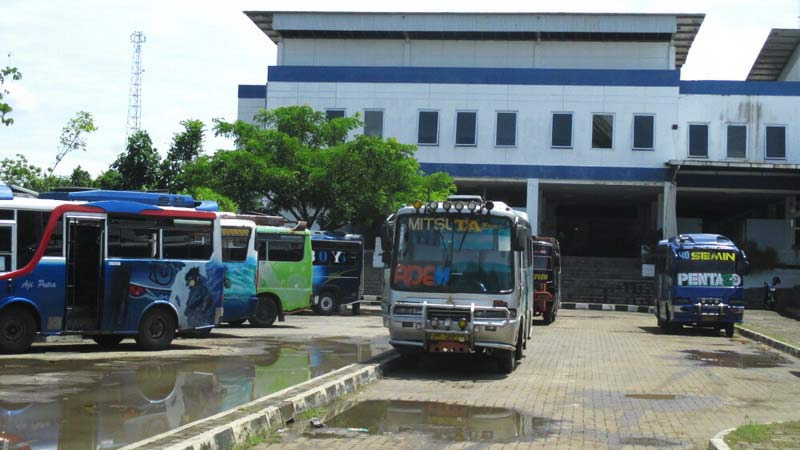 Angkudes Wonosari-Semin dan Wonosari-Ponjong lebih banyak waktu nongkrong di Terminal Wonosari. Foto: Atmaja.