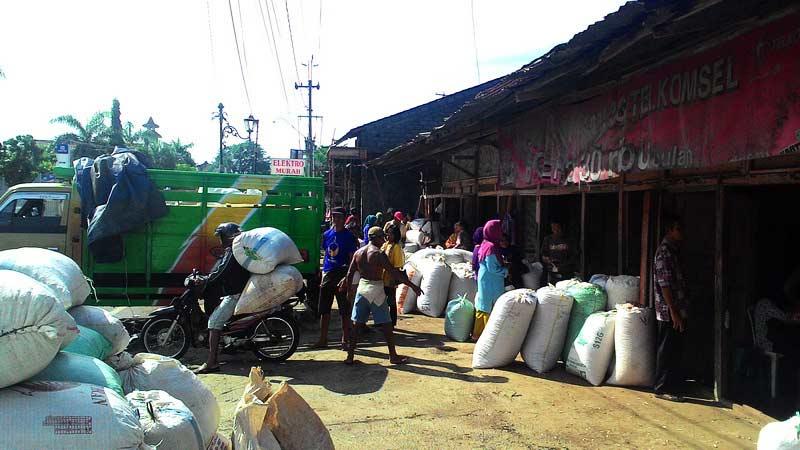Aktivitas jual beli di Pasar Palawija Tan Kretek Besole Baleharjo Wonosari. Foto: Juju.