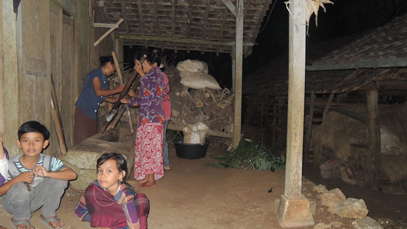 Masyarakat Desa Jetis Saptosari menabuh lesung saat gerhana bulan. Foto: Kandar.
