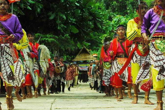 Barisan geog gagrak keprajuritan mengantar arak-arakan labuhan ngalangi Desa Jepitu di Pantai Wediombo. KH/Juju.