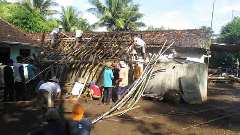 ... Roboh, Warga Sukarela Memperbaiki Rumah Mbah Ratim | Kabar Handayani