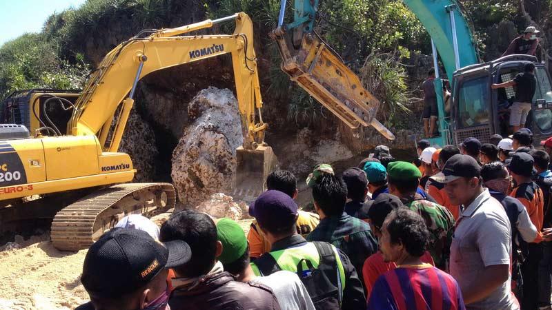 Evakuasi korban musibah Pantai Sadranan dilanjutkan. KH/Juju.