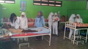 Siswa SMK Giri Handayani sedang melakukan praktek Cek Kesehatan