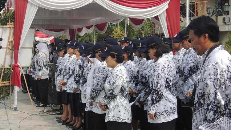 Para Guru anggota PGRI saat upacara peringatan Hari Guru 2015