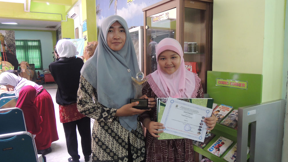 Manik Kinasih Atmaranti menunjukkan pialanya, Foto: KH/ Kandar