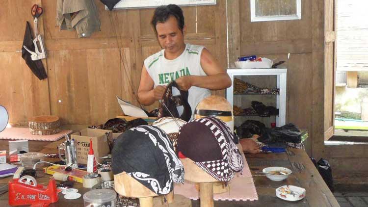 Sutomo sedang membuat Blangkon, KH/ Sarwo