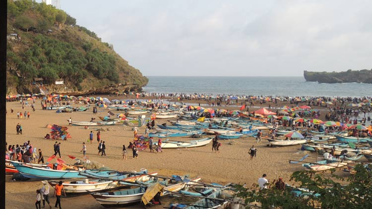Kapal nelayan Pantai Baron dan wisatawan  terkesan semrawut. KH/ Kandar