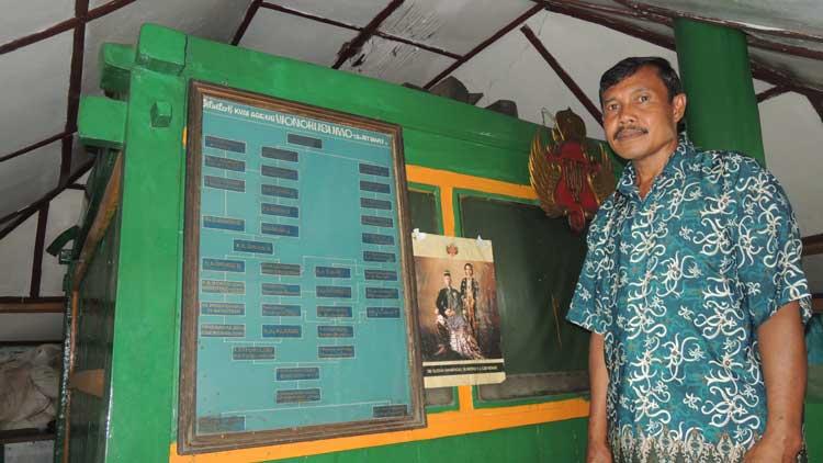 Daryanto salah satu juru kunci berada di samping Gebyok, Makam. KH/ Kandar