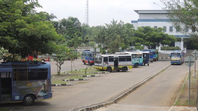 Angkutan perdesaan ngetem di terminal Dhaksinarga, Wonosari. KH/ Kandar.