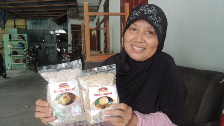 Suti Rahayu dengan produk Beras Mocaf dan Beras Jagung olahannya. KH/ Kandar