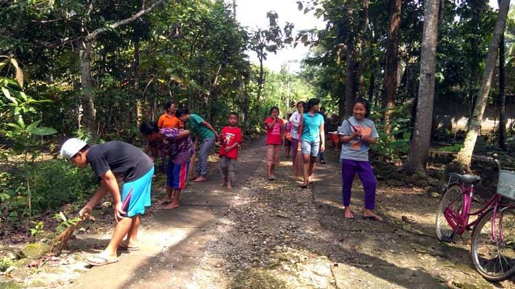 Masyarakat baik tua maupun muda melaksanakan kegiatan kebersihan di Desa Gari. KH