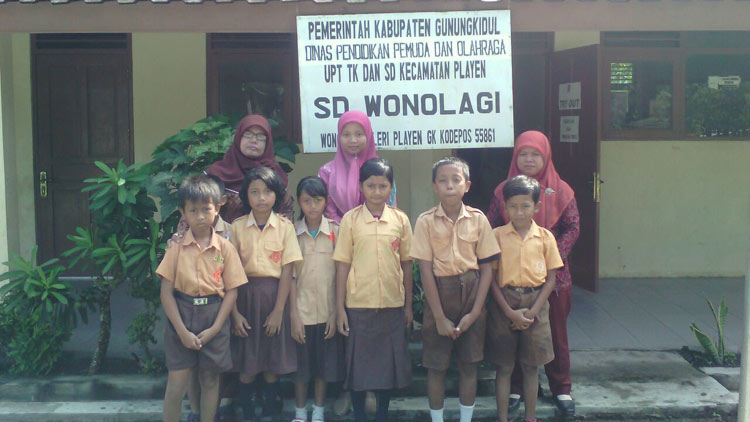 Guru dan seluruh siswa SD Wonolagi foto bersama. KH/ Edo