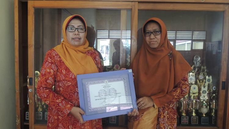 Kepala SMKN 3 Wonosari, Dra Susiyanti Mpd dan Cahyaningsih selaku innovator. KH/ Kandar