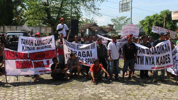 Suasana unjuk rasa menuntuk Kades Bundes lengser. KH/ Edo
