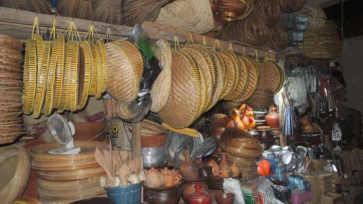 Berbagai produk anyaman di Pasar Argosari. KH/ Kandar