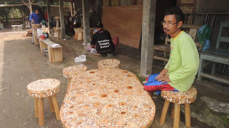 Tukimin dengan produk Furniture berupa satu set meja kursi tamu. KH/ Kandar