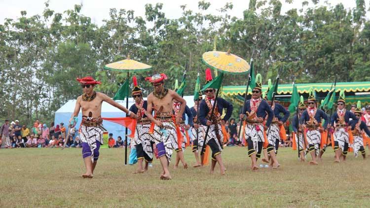 Tarian pembuka Gari Festival Art, kegiatan gagasan Karangtaruna Mekar Pandega Desa Gari. KH