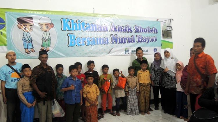 Peserta khitanan massal kerjasama LIPI dan Yayasan Nurul Hayat berfoto bersama. KH/ Kandar