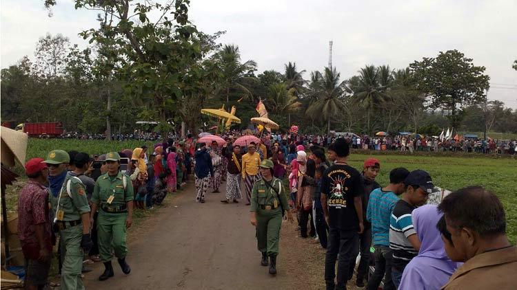 Peserta kirab Rasul tiba di rest area Gubug Gedhe. KH