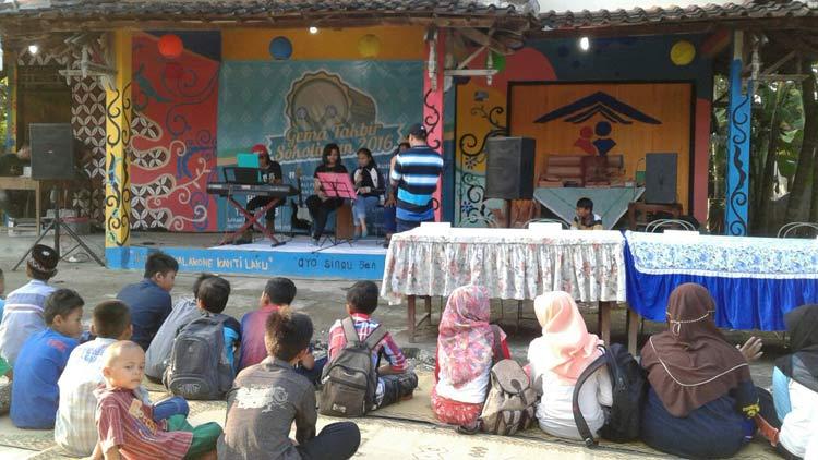 Akustik religi, salah satu rangkaian kegiatan penutupan Bulan Ramadhan 1437 H oleh Rumah Cerdas Sokoliman. KH