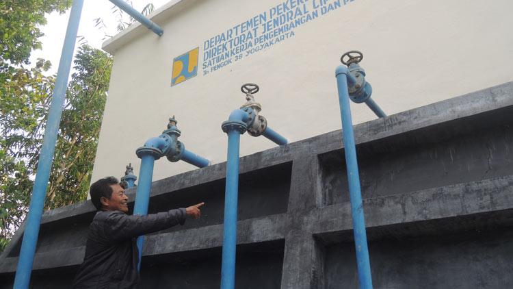 Ton Martono menunjukkan bak reservoir dan pipa-pipa saluran ke masyarakat Karangrejek dan 3 desa disekitarnya. (KH/ Kandar)