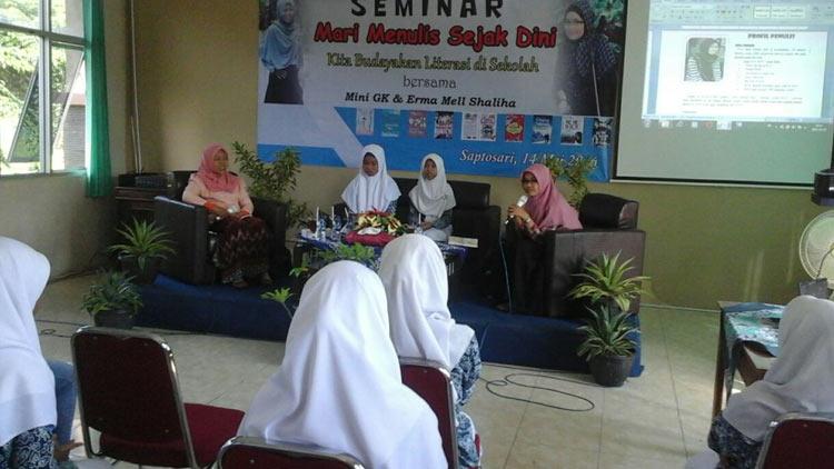 Salah satu Kegiatan literasi. Seminar Mari Menulis Sejak Dini di SMK N 1 Saptosari, . KH