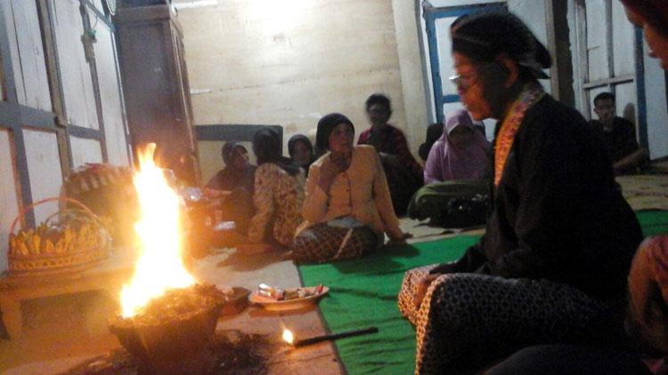 Juru kunci, Dwijo Sumarto melakukan ritual sesaat sebelum melakukan pembukaan Cupu. KH