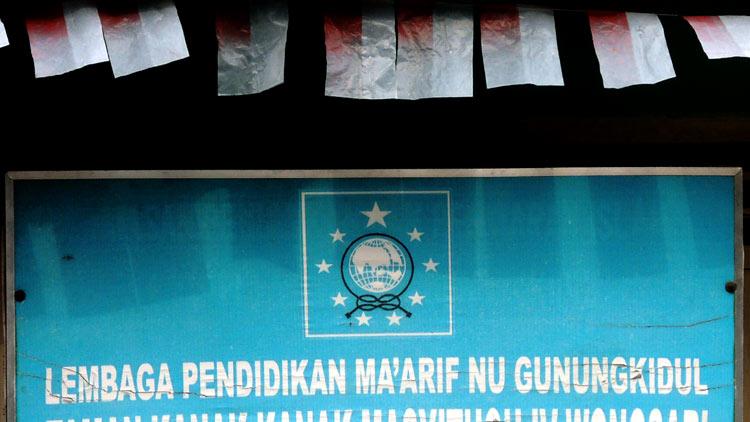 Papan nama institusi pendidikan LP Ma'arif NU. KH/ Kandar