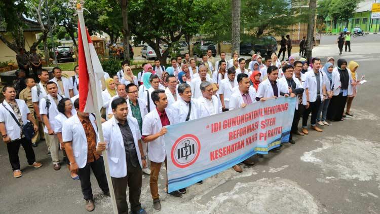 Aksi damai IDI Gunungkidul di depan Gedung Dewan. KH