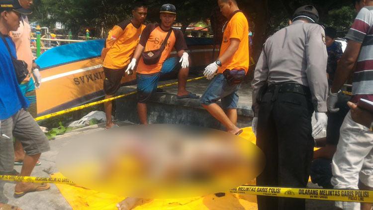 Mayat yang telah dievakuasi SAR Parangtritis dan anggota Polsek Purwosari. KH