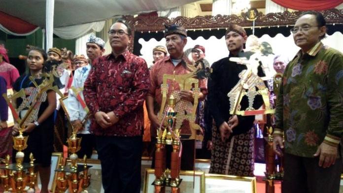 Para pemenang pada festival dalang di Jakarta. Sumber: Kemendikbud.