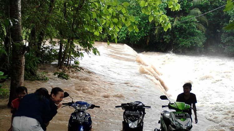 Akses penyebrangan ke luar dari Padukuhan Kedungwanglu tak dapat dilalui karena banjir. KH