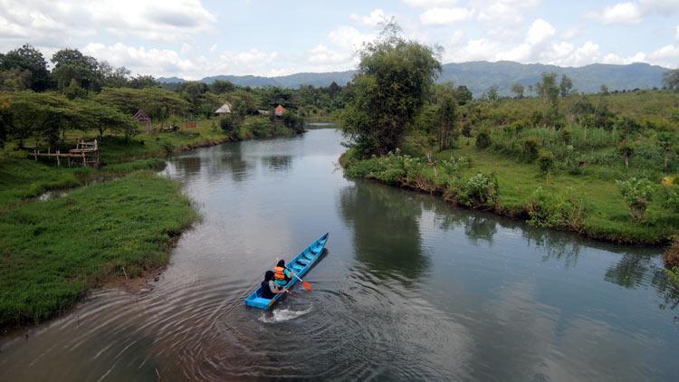 Wisatawan sedang bermain perahu kano di Desa Wisata Klayar. KH/ Kandar.