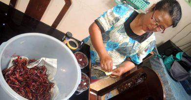 Pedagang Belalang Siapkan Stok Hadapi Libur Panjang