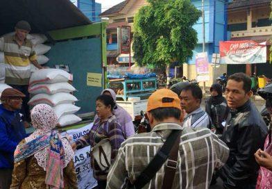 Operasi Pasar Beras Murah Dari Bulog Diserbu Warga