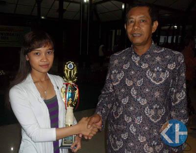 Endang Safitri terima penghargaan dari Kadisbubar. Foto: Sarwo