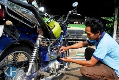 Anjar memodifikasi motor berbahan bakar elpiji. Foto: Kandar.