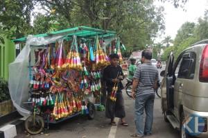 Penjual trompet. Foto : Kandar.