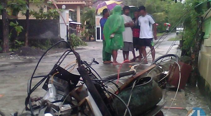 Tiang listrik di Desa Kepek ambruk. Foto: Juju.