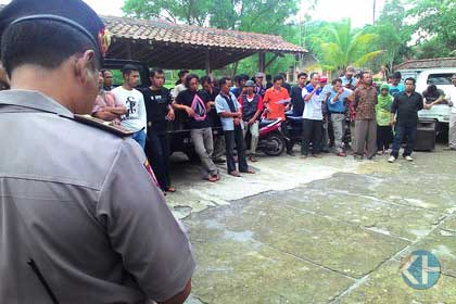 Demo Tuntut Kabag Kesra Desa Gari. Foto: Juju