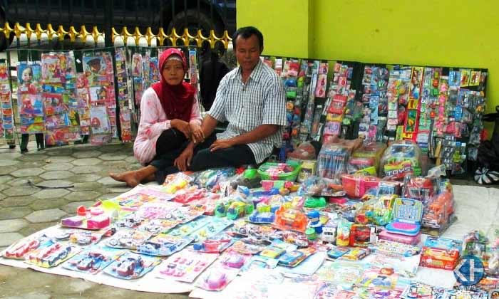 Wasiman dan istrinya, meski difabel tetap gigih bekerja. Foto: Atmaja.