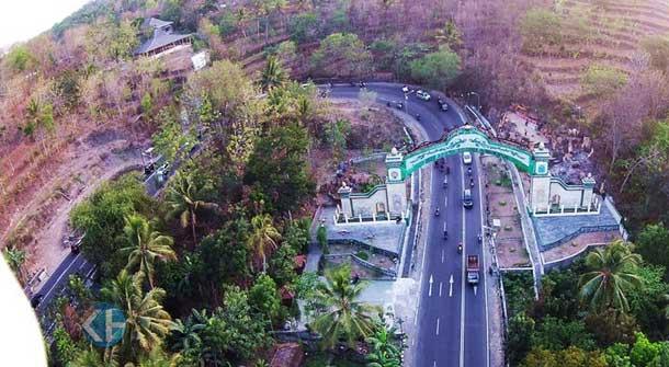 Gerbang Kabupaten Gunungkidul di Patuk. Foto: Praditya.