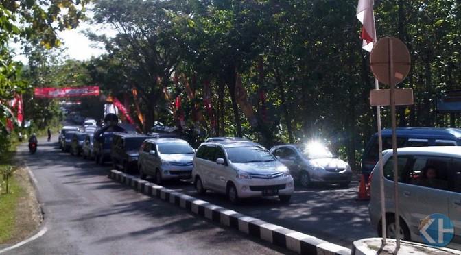 Arus kendaraan wisata di Pos TPR Wisata Pantai Baron. Foto: Maryanto.