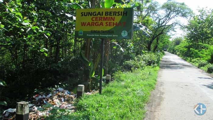 Tumpukan sampah di pinggir jalan raya Karangduwet Paliyan. Foto: Atmaja.