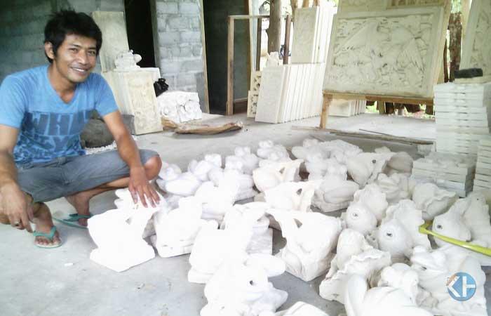 Sulis, pengrajin limbah batu yang kreatif. Foto: Jhody.