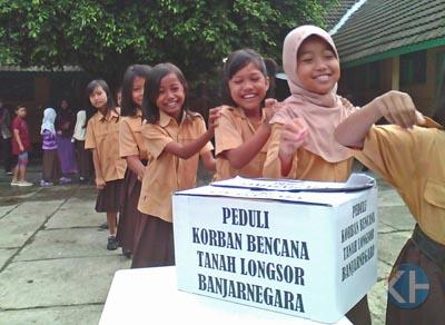 Pelajar SD lakukan donasi untuk korban Banjarnegara. Foto: Juju.